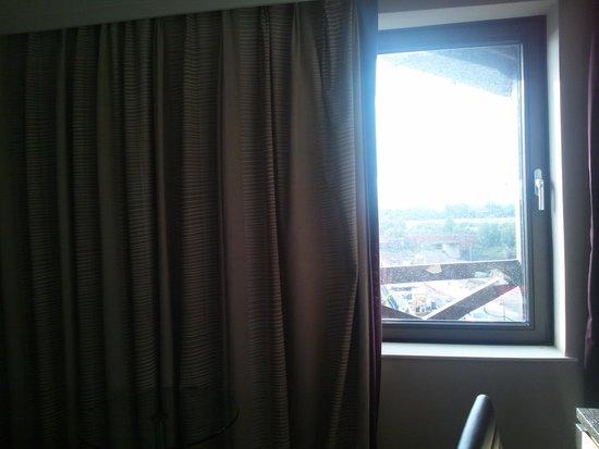 Hilton Manchester Airport: 窓は部屋の半分だけ、半分はカーテンで覆われていました