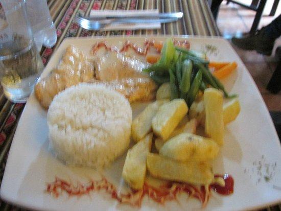 C'hayña: Pollo con arroz y papa fritas