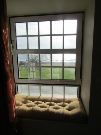 Winchester Mansions: The sea view from the minisuite and the window saet