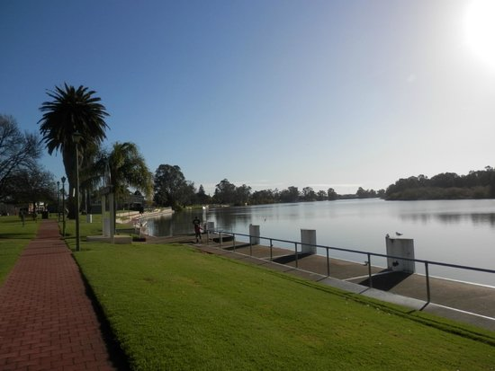 Renmark Hotel: down by the river