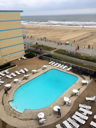 Quality Inn & Suites Oceanfront: Pool area morning after Arthur passed by Virginia Beach