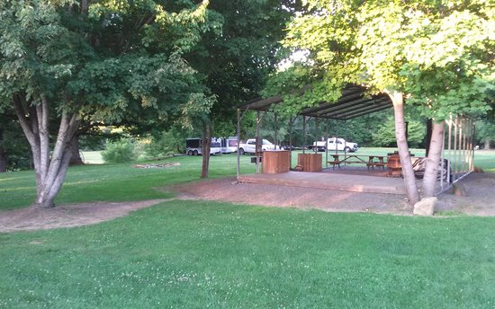 Two Wheel Inn : bbq/picnic area and trailer parking
