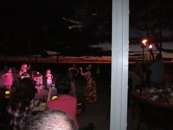 Lava Lava Beach Club: hula dancer and guitar player