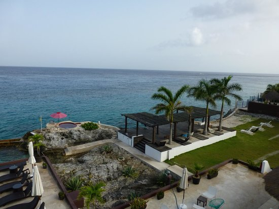 Hotel B Cozumel : Hot tub and covered area (where hammocks are hung later in the day)