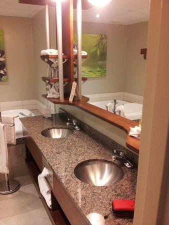 Hotel & Suites Le Dauphin Quebec : Salle de bain de notre chambre.