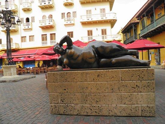 Plaza Santo Domingo: estatua mulher reclinada