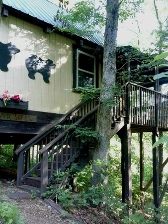 Bear Creek Lodge and Cabins: cabin entrance