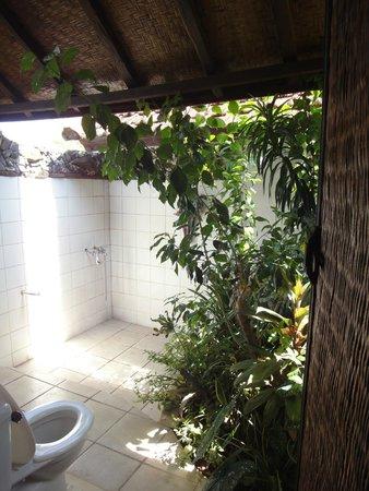 Wawa Wewe I Bungalows : The bathroom + toilet
