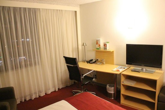 Holiday Inn Melbourne Airport: Desk/Work Area - wifi available for a fee