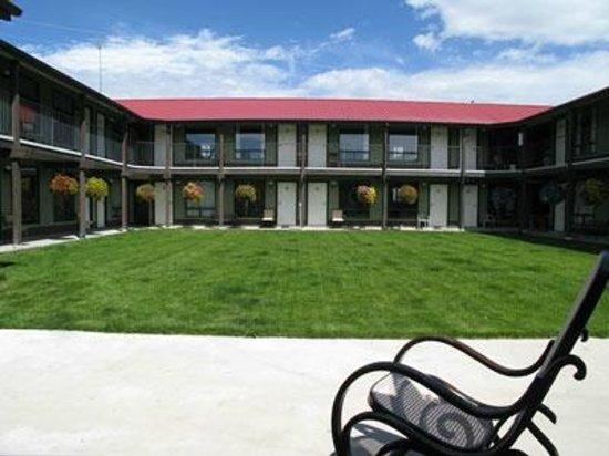 Copper Valley Resort: Hotel Courtyard