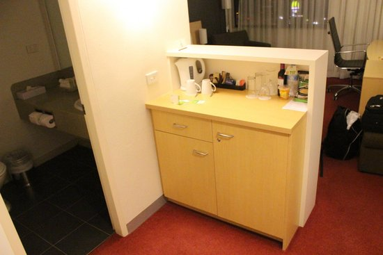 Holiday Inn Melbourne Airport: Bar Area - free tea/coffee & extensive mini bar