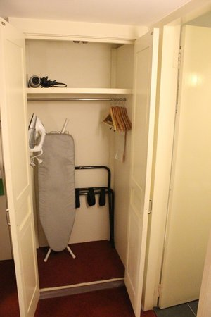 Holiday Inn Melbourne Airport: Wardrobe