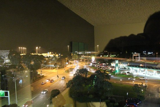 Holiday Inn Melbourne Airport: Great view during the day/night - can watch the planes come in without the noise!