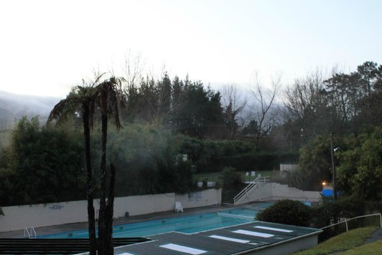 Opal Hot Springs And Holiday Park: Overlooking the pools