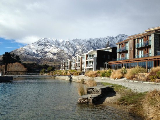 Hilton Queenstown Resort & Spa: Hotel from the water edge