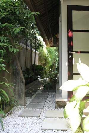 Leha Leha Villa : One of the walkway to one of the outdoor shower area