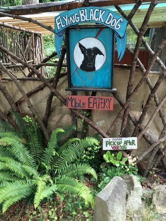 Black Dog Cafe: ...outside seating. Dogs welcome but please pick after them..