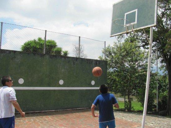 Hostel Los Juanes: Cancha de basketball