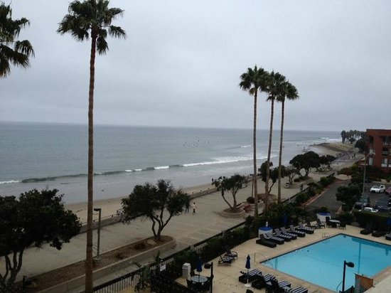Crowne Plaza Ventura Beach: View of pool and beach from 4th floor room
