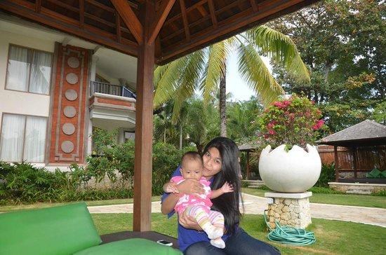 Holiday Inn Resort Baruna Bali: bermain dengan anak di dangau