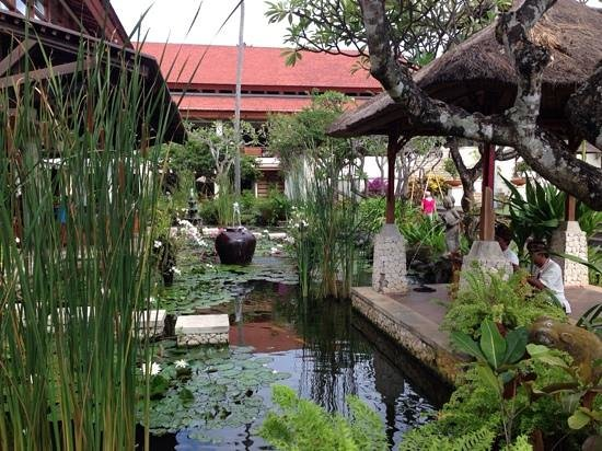 Nusa Dua Beach Hotel & Spa: breakfast gardens