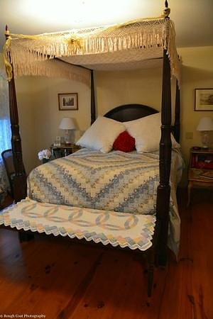 Doc Smithers B&B: Lovely four poster Queen bed