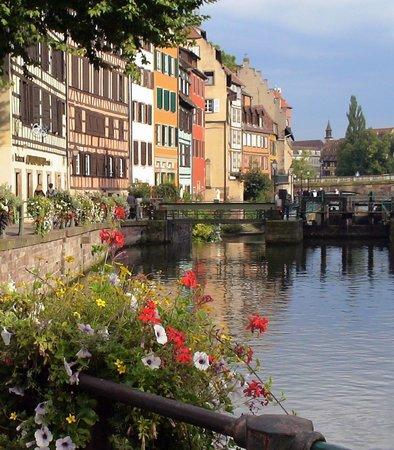 La Petite France: 運河沿いの美しい花々