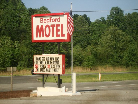 ‪‪Bedford Motel‬: Good large sign at front alongside highway.‬