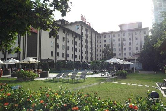ibis Bangkok Riverside: Hotel from the river