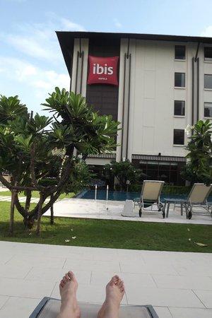 ibis Bangkok Riverside: By the pool chilling!
