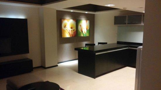 Davanam Sarovar Portico Suites: Kitchen