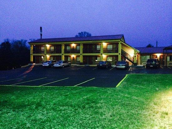 Duffys Motel: Nightview Exterior 1