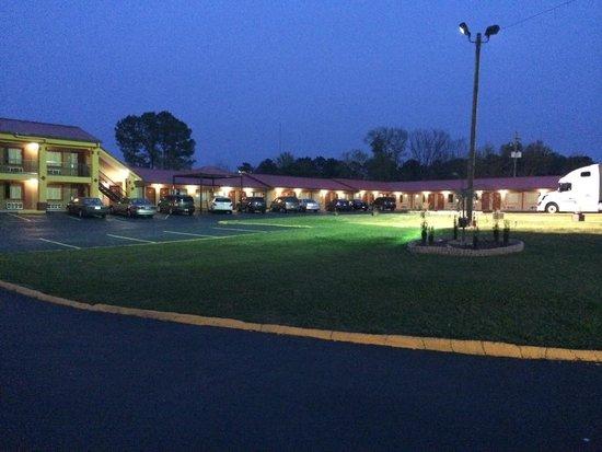 Duffys Motel: Nightview Exterior 2
