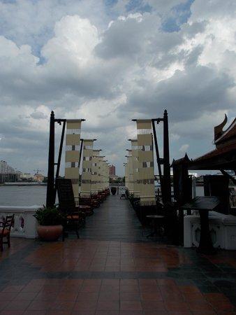Anantara Riverside Bangkok Resort: ferry pier