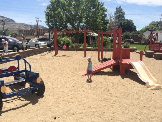 Sandy Beach Motel : Kids playground.