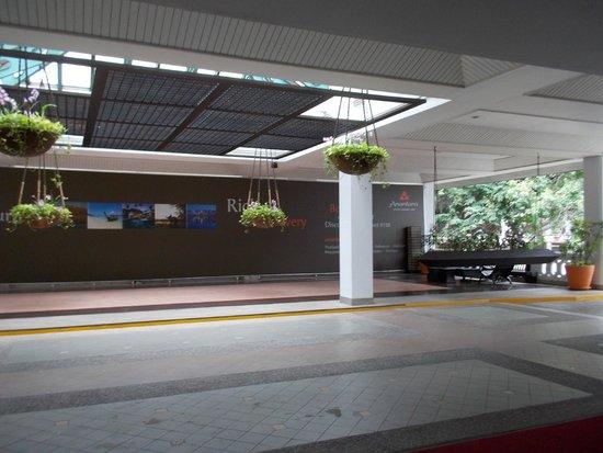 Anantara Riverside Bangkok Resort: taxi waiting area