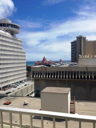Shoreline Hotel Waikiki: Level 12 partial ocean view