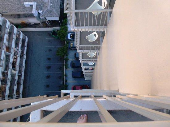 Shoreline Hotel Waikiki: looking down from the balcony
