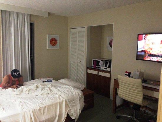 Shoreline Hotel Waikiki: (Messy) Room