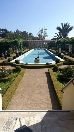 The Getty Villa: Fountain and the garden. Nice & peaceful