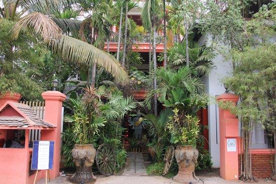 Golden Temple Villa: Отель утопает в зелени