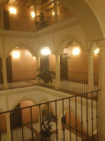 Vincci La Rabida Hotel : pasillos de las habitaciones