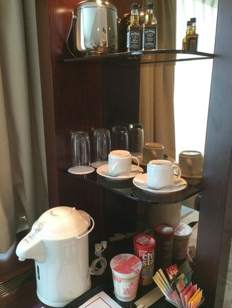 Mercure Tokyo Ginza: Coffee & noodle station in the room
