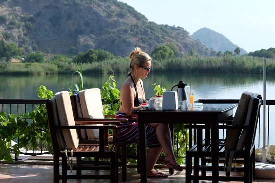 Lindos Pension: Breakfast by the river