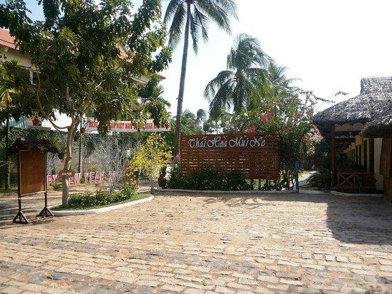 Thai Hoa Resort: Вход в отель (вид с дороги)