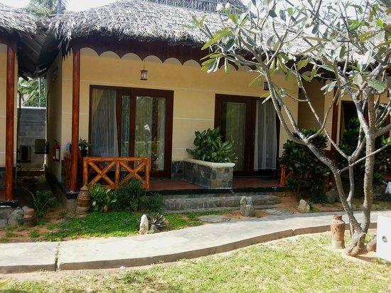Thai Hoa Resort: Бунгало напротив рецепшена