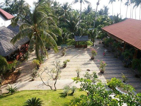 Thai Hoa Resort: Вид сверху с основного корпуса (территория)