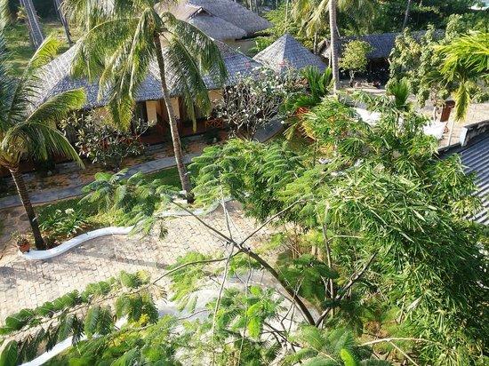 Thai Hoa Resort: Вид сверху с основного корпуса (вход в отель)