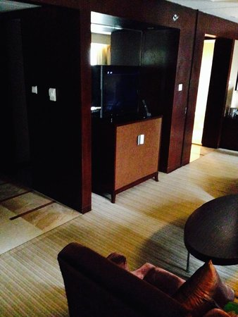 Sofitel Xian on Renmin Square: tv/bar in living room (suite 5326)