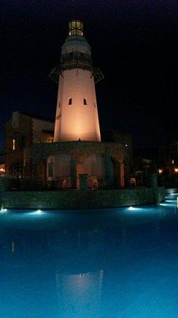 Aliathon Holiday Village: Faros pool at night